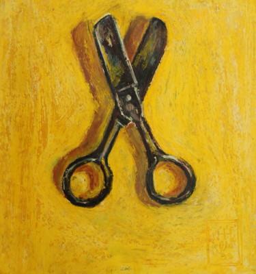 Petits ciseaux sur fond jaune